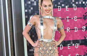 Bộ váy lai... khố của Miley Cyrus lọt top 5 'thảm họa của thập niên'