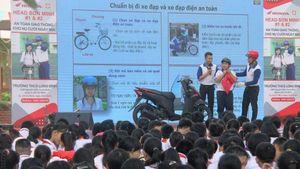 Hướng dẫn tham gia giao thông an toàn cho hơn 1.100 học sinh