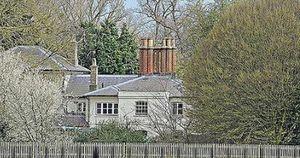 Meghan Markle chi hơn 350 triệu đồng làm thêm hàng rào thứ ba quanh dinh thự gây ra tranh cãi trong khi chị dâu Kate lại có hành động 'cao tay' này