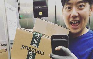 Thần tượng Kpop Gen 1 Kim Hyung Jun bỏ ánh hào quang sân khấu đi làm shipper