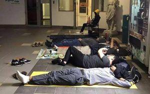 Phụ huynh Singapore ngủ qua đêm trước cổng trường, chờ xin học cho con