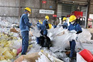 Làm rõ thông tin về việc đổ trộm chất thải nguy hại xuống sông Cầu