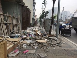 Vỉa hè đường nghìn tỷ ở Hà Nội vẫn chưa được giải cứu