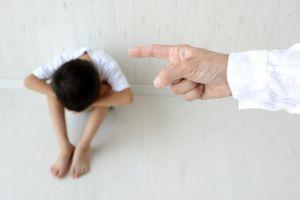 Không làm bài tập về nhà, cậu bé bị bố bắt quỳ gối ăn xin