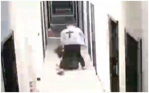 Cảnh sát kéo lê, đấm bạn gái gục xuống đất gây phẫn nộ