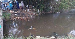 Thi thể người đàn ông nằm bên xe máy dưới cống nước ở Quảng Nam
