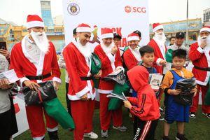 Thành Lương, Đức Huy hóa ông già noel tặng quà 130 cầu thủ nhỏ tuổi