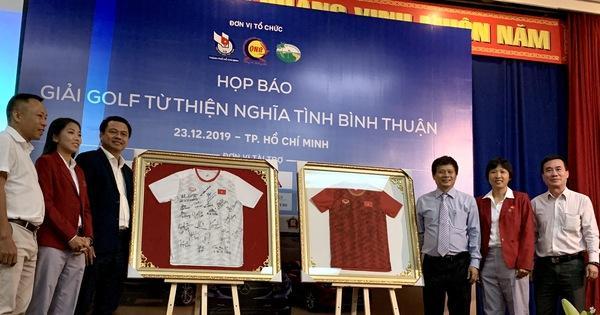 Giải golf từ thiện đấu giá 2 chiếc áo đội tuyển nữ Việt Nam tặng Thủ tướng Nguyễn Xuân Phúc