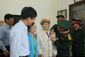 Trao tặng Huân chương Độc lập hạng 3 cho Trung tá 72 năm tuổi Đảng