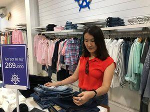 Hàng thời trang giảm giá 10-70% thu hút khách