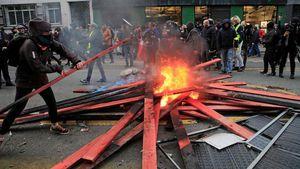 Hàng nghìn người biểu tình tiếp tục làm 'rung chuyển' Paris