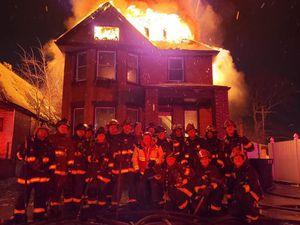 Lính cứu hỏa Mỹ gây phẫn nộ vì chụp ảnh selfie trước nhà đang cháy