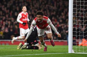 Arsenal chật vật giành vé vòng 4 FA Cup