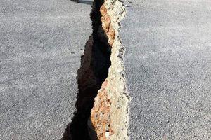 Đường nứt toác ở Long An: Do địa chất yếu, xe tải liên tục chạy qua