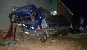 Xe tải lao thẳng vào nhà dân lúc nửa đêm, 8 người trong gia đình bị một phen hoảng loạn