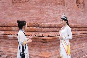 Hoa hậu Di sản Quốc tế thăm tòa tháp thời Lý với những cổ vật nghìn năm tuổi