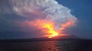 Núi lửa La Cumbre tại Ecuador 'tỉnh giấc', phun trào dung nham, khói bụi