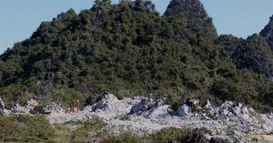 Khai thác đá trái phép gần cổng UBND xã