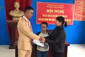 CSGT giúp bé trai lớp 2 lạc trên Đại lộ Thăng Long về với gia đình