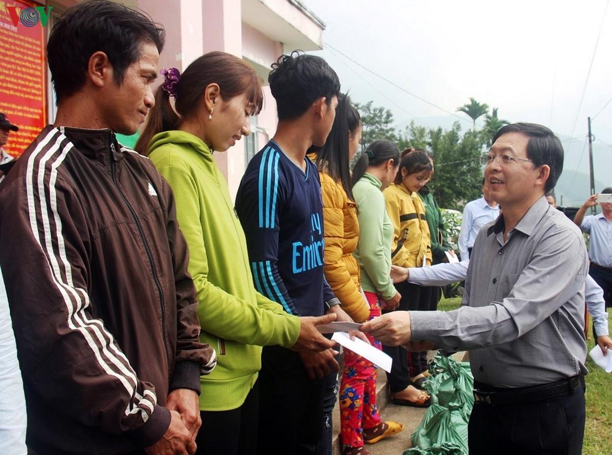 Tặng quà gần 500 hộ dân di dời nhường đất xây dựng hồ chứa Đồng Mít