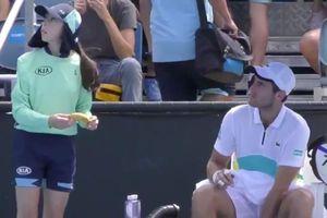 Tay vợt nam nhận chỉ trích vì nhờ cô gái nhặt bóng bóc hộ vỏ chuối