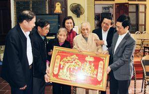 Phó Bí thư Thường trực Tỉnh ủy Nguyễn Xuân Sơn chúc thọ các đồng chí nguyên lãnh đạo tỉnh