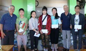 Truyền thống trao học bổng cho sinh viên khó khăn ngày Mùng 2 Tết