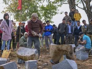 Độc đáo hội thi chẻ đá mồ côi ngày đầu xuân ở Quảng Trị