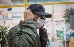 Sợ virus corona, ngân hàng để khách đeo khẩu trang khi giao dịch