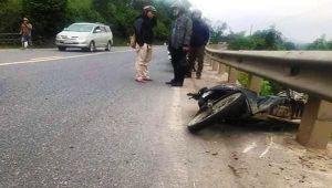 Xe máy tông mạnh vào lan can, 2 thanh niên ngã xuống đường, 1 người tử vong