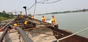 Hà Nội: Khai thác cát lậu, tàu từ Vĩnh Phúc bị phạt 55 triệu đồng