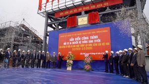 Gắn biển chào mừng Ngày thành lập Đảng cho công trình 'Đầu tư – Di chuyển hệ thống sàng tuyển'