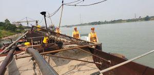 Chủ tàu khai thác cát lậu trên sông Hồng bị phạt 54 triệu đồng