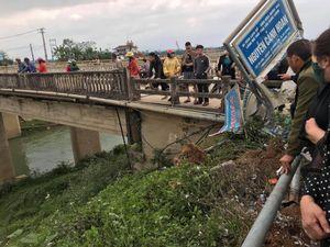 Xe bán tải lật nhào xuống chân cầu cao 30m, tài xế may mắn thoát chết