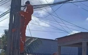 Nhân viên bị điện giật tử vong thương tâm, mắc cứng trên trụ điện
