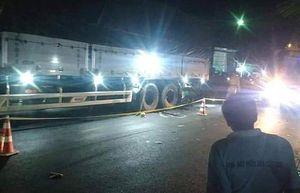 Tông vào xe tải đang đậu bên đường, 2 thanh niên tử vong