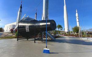 NASA và trò đùa 'cây chổi tự đứng nhờ lực hấp dẫn' gây náo loạn mạng xã hội