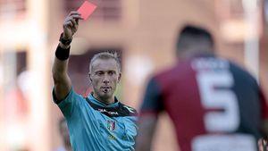 HLV nhận thẻ đỏ vì tát học trò ngay trên sân