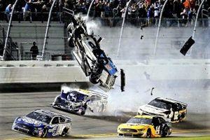 Xe đua bay lên không trung sau va chạm mạnh tại Daytona 500