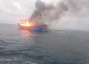 Tàu câu mực bốc cháy ở Trường Sa, 33 ngư dân được ứng cứu kịp thời