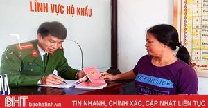 Người dân các xã mới ở Thạch Hà thở phào khi làm sổ hộ khẩu, chứng minh nhân dân