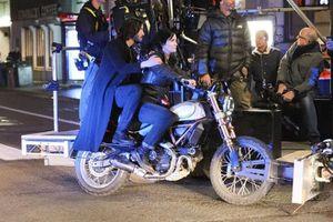 Keanu Reeves và Carrie-Anne Moss đi xe máy quay 'The Matrix' 4
