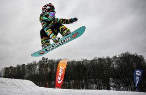 Bé gái 6 tuổi gây kinh ngạc với nhiều kỷ lục trượt ván tuyết bị 'xô đổ'