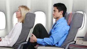 Ngả lưng trên máy bay, người phụ nữ bị đấm liên tục vào sau ghế