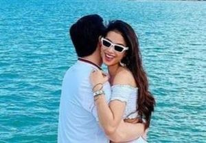 Phạm Hương đăng ảnh ôm chồng sắp cưới trên du thuyền