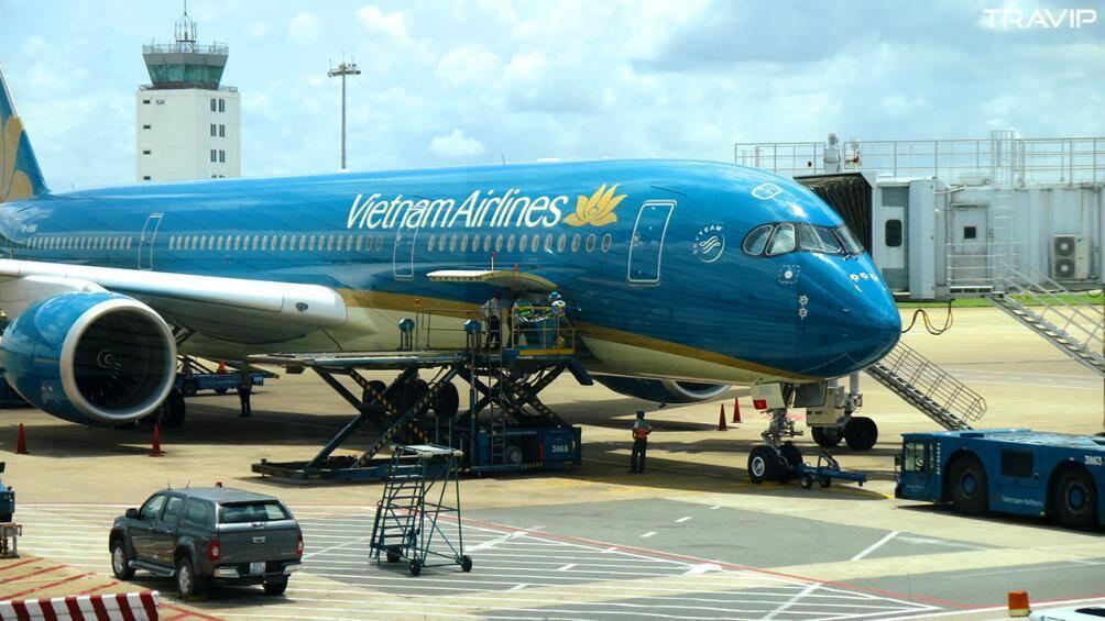 Lái xe chạy cắt mặt 'siêu máy bay' A350 của Vietnam Airlines tại Nội Bài
