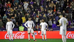 Real Madrid mất ngôi đầu vào tay Barca trước Siêu kinh điển