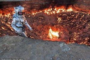 Nhà thám hiểm đầu tiên chui xuống 'cổng địa ngục'