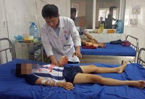 Sử dụng điện thoại khi đang sạc pin, bé trai 12 tuổi bị dập nát bàn tay