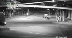 Clip: Khoảnh khắc người đàn ông gục tại chỗ khi đâm vào xe tải ở ngã tư đường